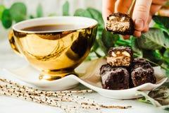 Barre crude casalinghe delle risatine della caramella di cioccolato Dessert del vegano con la c Fotografia Stock