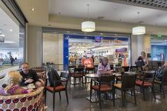 Barre d'aéroport et magasin hors taxe dans Paphos, Chypre Image stock