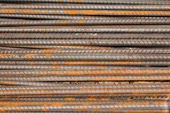 Barre d'acciaio con la fine arrugginita su fondo Fotografie Stock Libere da Diritti