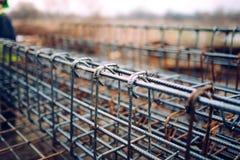 Barre d'acciaio del tondo per cemento armato, barre concrete di rinforzo con la vergella utilizzata nel fondamento del cantiere Fotografia Stock Libera da Diritti