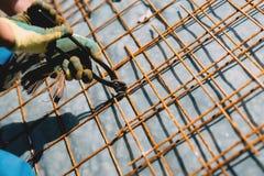 Barre d'acciaio del tondo per cemento armato, barre concrete di rinforzo con la vergella utilizzata nel fondamento del cantiere Fotografie Stock