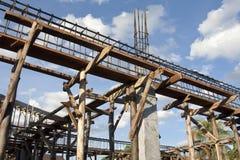 Barre d'acciaio di rinforzo sui contributi a costruzione Fotografie Stock Libere da Diritti