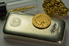 Barre d'argent en lingot, pièce d'or et pépites d'or Images stock
