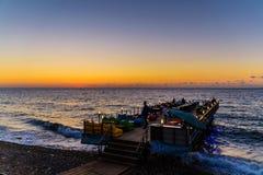 Barre de café sur la mer par le coucher du soleil Images libres de droits