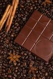 Barre de chocolat amer sur le fond de grains de café Images libres de droits