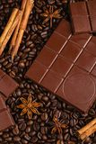 Barre de chocolat amer sur le fond de grains de café Photo libre de droits