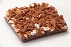 Barre de chocolat avec du riz cuit à la vapeur sur un fond blanc Image libre de droits