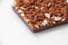 Barre de chocolat avec du riz cuit à la vapeur sur un fond blanc Images stock