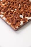 Barre de chocolat avec du riz cuit à la vapeur sur un fond blanc Photos stock