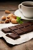 Barre de chocolat avec l'aluminium photographie stock