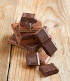 Barre de chocolat cassée sur le fond en bois. Photographie stock