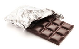 Barre de chocolat dans un emballage sur un blanc Images libres de droits