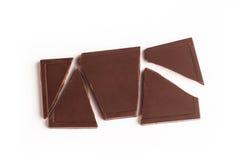 Barre de chocolat foncée cassée sur le fond blanc Photographie stock libre de droits