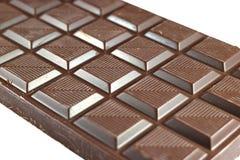 Barre de chocolat foncée d'isolement sur le fond blanc avec le foyer sélectif Images libres de droits