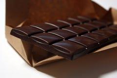Barre de chocolat fonc?e dans le backround de paquet photos stock