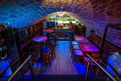 Barre de cocktail dans le vieux sous-sol image libre de droits