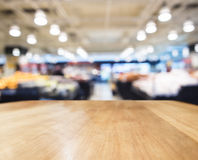 Barre de compteur de dessus de Tableau avec le supermarché brouillé photo stock