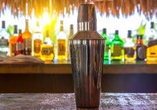 Barre de dispositif trembleur et de cocktail sur la plage photographie stock