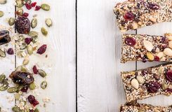 Barre de granola avec des ingrédients photo stock
