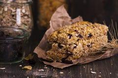 Barre de granola avec des ingrédients au-dessus de table en bois Image libre de droits