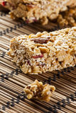Barre de granola organique d'amande et de raisin sec Photos stock