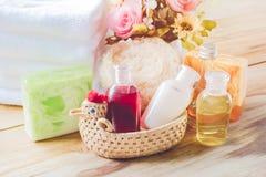 Barre de l'arrangement de station thermale, du savon, de l'huile de noix de coco, du bain de gel et de la serviette, conce de sta photo stock