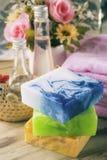 Barre de l'arrangement de station thermale, du savon, de l'huile de noix de coco, du bain de gel et de la serviette, conce de sta images libres de droits
