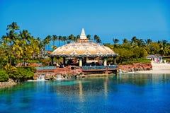 Barre de lagune sous le plafond aquatique de dôme à Nassau, Bahamas photographie stock