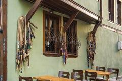 Barre de narguilé sur la rue avec les Chambres et les pavés colorés dans la ville d'Eskishehir, Turquie photos libres de droits
