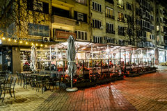 Barre de nuit de rue avec la zone fumeur photographie stock