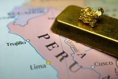 Barre de pépite d'or et d'or et carte du Pérou Photos libres de droits