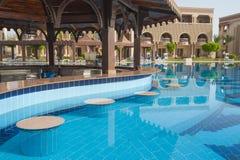 Barre de piscine à l'hôtel tropical Images libres de droits