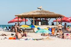 Barre de plage avec les boissons régénératrices Image libre de droits