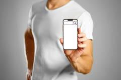 Barre de recherche sur l'écran de téléphone Un homme tenant un smartphone noir images libres de droits