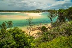 Barre de sable de Merimbula et eaux bleues de turquoise pendant l'été image stock