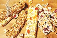 Barre degli spuntini dolci del cereale sano immagini stock