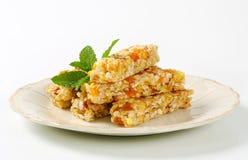Barre del cereale della mela e dell'albicocca Immagini Stock