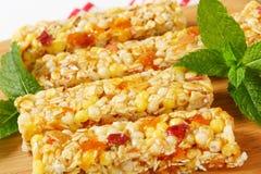 Barre del cereale della mela e dell'albicocca Immagine Stock