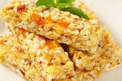 Barre del cereale della mela e dell'albicocca Fotografie Stock Libere da Diritti
