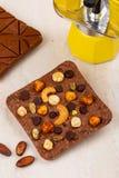 Barre del cioccolato al latte del mestiere con gli anacardi, pistacchio, nocciola fotografia stock libera da diritti