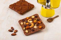 Barre del cioccolato al latte del mestiere con gli anacardi, pistacchio, nocciola immagine stock