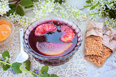 Barre della gelatina e del grano di frutta su una tavola Immagini Stock Libere da Diritti