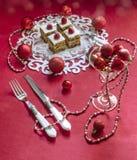 Barre della torta di mele di festa, guarnite con i lamponi e le decorazioni freschi di Natale Fotografia Stock