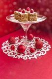 Barre della torta di mele di festa, guarnite con i lamponi e le decorazioni freschi di Natale Fotografie Stock Libere da Diritti