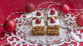 Barre della torta di mele di festa, guarnite con i lamponi e le decorazioni freschi di Natale Fotografie Stock