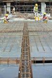 Barre des pavés de renfort sur le coffrage de bois de construction Images libres de droits