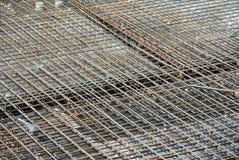 Barre des pavés de renfort sur le coffrage de bois de construction Photo stock