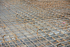 Barre des pavés de renfort sur le coffrage de bois de construction Photo libre de droits