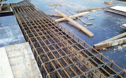Barre des pavés de renfort sur le coffrage de bois de construction Photos stock