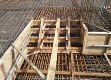 Barre des pavés de renfort sur le coffrage de bois de construction Photographie stock